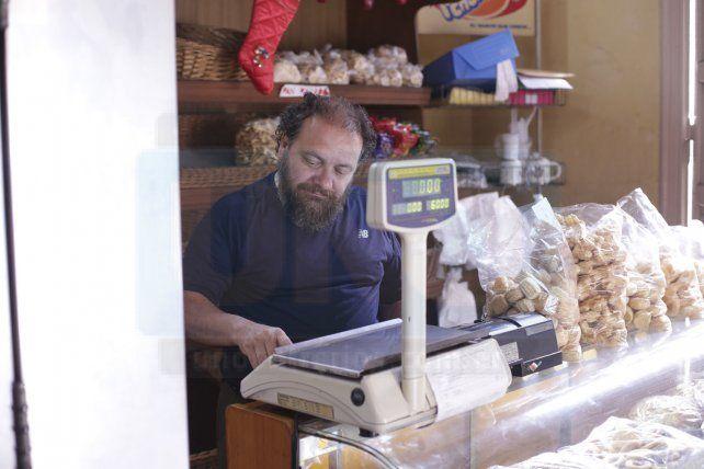 Resistir. Gabriel Tosso heredó de su padre el oficio de panadero y en medio de una economía adversa procura sostener su comercio.