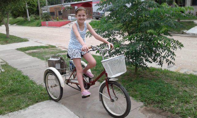 Alegría. Milagros ahora puede salir a pedalear por las calles de su pueblo y está feliz con su obsequio.