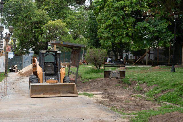 En movimiento. Las máquinas están en la plaza frente a la Iglesia San Miguel de Paraná.