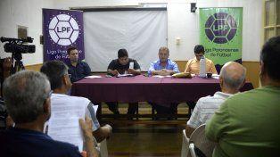 En la mesa. Dirigentes de los clubes de la LPF escucharon atentamente los dichos de Alejandro Schneider.