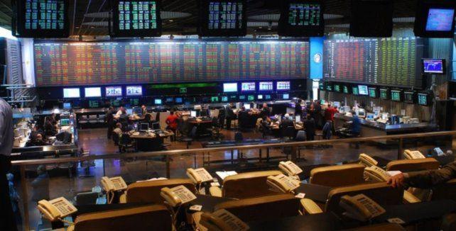 La Bolsa cae 4,2% y los bonos operan dispares