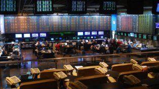 El S&P Merval opera en baja cuando el riesgo país vuelve a superar los 700 puntos