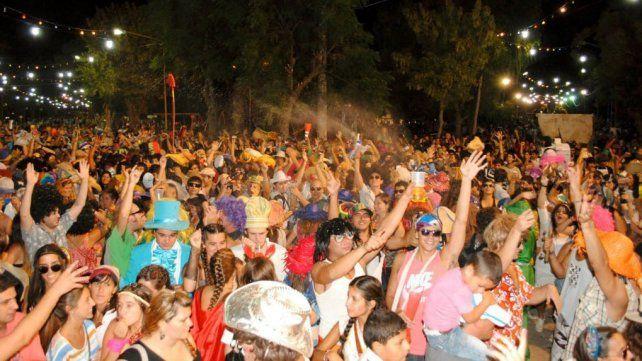 Entre mascaritas, batucadas y juegos de espuma se abre paso el carnaval más divertido del país