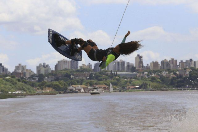 La clásica postal de Paraná mirada desde el río.