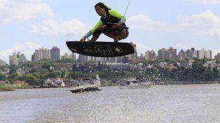 Volando con estilo sobre el río Paraná.
