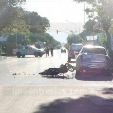 Motoclicista en grave estado luego de chocar un vehículo estacionado