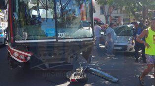 Impresionante choque con lesionados graves entre un auto y un colectivo
