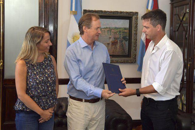La ministra Stratta y Bordet entregando el aporte el intendente concordiense.