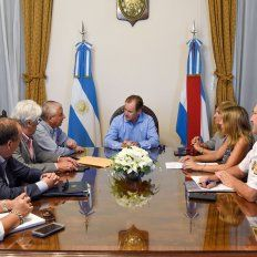 El intendente uruguayense, a la derecha de Bordet, anunció los nuevos destacamentos policiales.