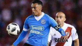 Ahora, compañeros. Suárez marcado por Pinola en uno de los partidos entre Belgrano y River.