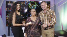 Lorena Smail, responsable del área de Marketing de Diario UNO junto a Irma, una de las afortunadas y el conductor televisivo Horacio Moglia, al momento de la entrega del premio.