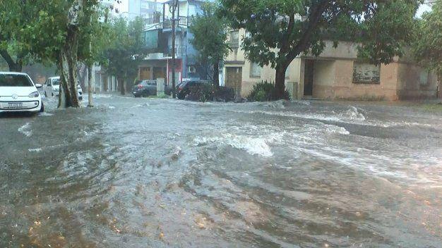 Cayeron 50 milímetros en poco más de una hora y se desbordaron los arroyos en Paraná