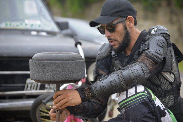 El triciclo que armó con sus propias manos.