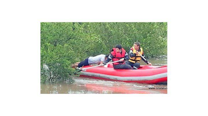 Bomberos en acción. En Urdinarrain fue rescatado un adolescente. Foto: FM Cristal