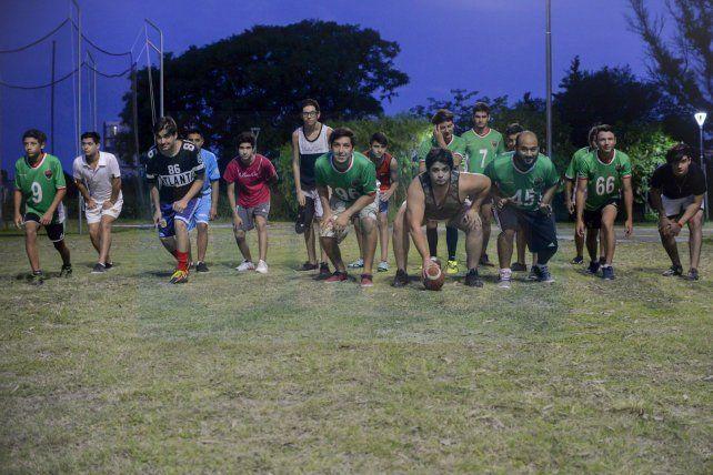 Motivados. Chicos de 13 a 30 años conviven en un equipo que busca difundir el juego. El martes entrenaron en el predio ubicado en el centro de la ciudad.