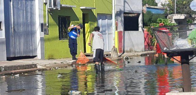 El río baja, y hasta los policías de custodia limpian las calles de Concordia
