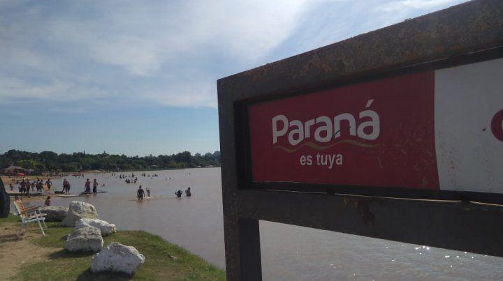 La gente se tiró al río para refrescarse.