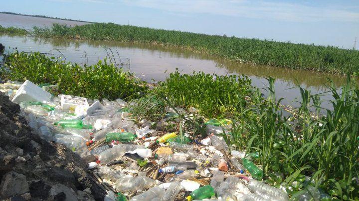 El plástico está a 50 metros del río.