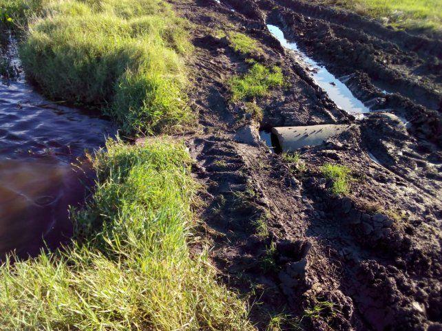 El arroyo Santa Cruz si inunda y corta el paso de las familias.