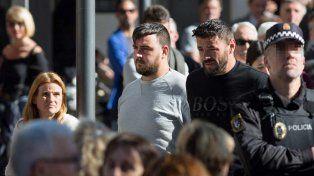 A la izquierda José Roselló el padre de Julen acompañado por un familiar.