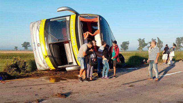 Volcó en Santa Fe un colectivo de larga distancia que iba a Córdoba