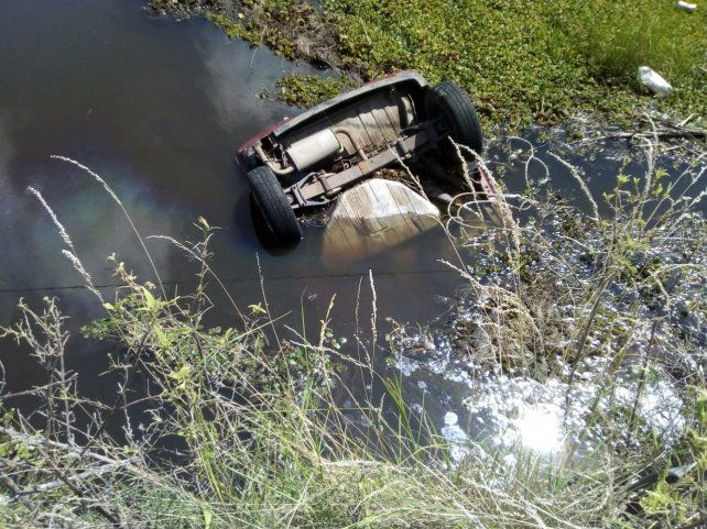 El auto quedó sumergido en un aliviador.