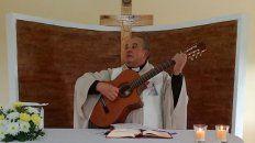 guitarrero. En la Unidad Penal N°1 celebra la Eucaristía y también anima la misa con su guitarra para alegría de los privados de su libertad.