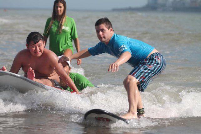 Los surfers son reconocios en las playas y pasan a ser héroes.
