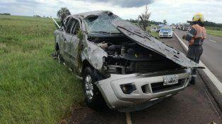 Vuelco y lesionados. En la autovía, en Colón, la camioneta se despistó violentamente. Foto: FM Melody