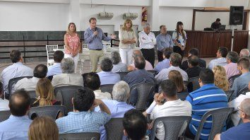 Bordet habla a militantes y dirigentes en Uruguay, junto a cuatro ministros y Lauritto.