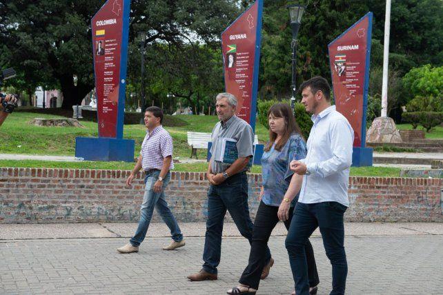 Ana Sione recorriendo las obras en la peatonal de Paraná.