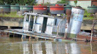 Hundimiento. La antigua embarcación está desapareciendo de la superficie del río. Foto: Mateo Oviedo