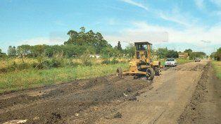 Delicado. Los maquinistas de Vialidad salen con un puñado de horas de sol a reparar caminos pero no alcanza.