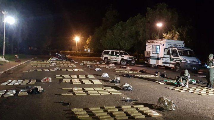 Nada que ver. Los ocupantes del camión declararon que llevaban agua mineral y ropa para donaciones . En rigor