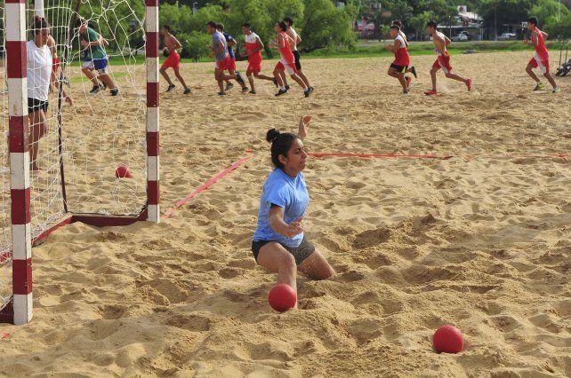 La arquera de Beach Handball se esfuerza al igual que los jugadores de las inferiores del <i>Decano.</i>