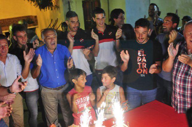 Los jugadores junto a la torta.
