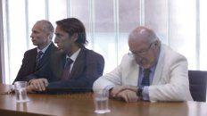 Revés. Primero desde la izquierda, el condenado Francisco Marín, y sus abogados Lambruschini y Federik.