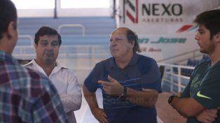 El estreno. Oscar Cachi Bonell junto a los dirigentes antes de ser presentado ayer ante el plantel del equipo de Paraná.