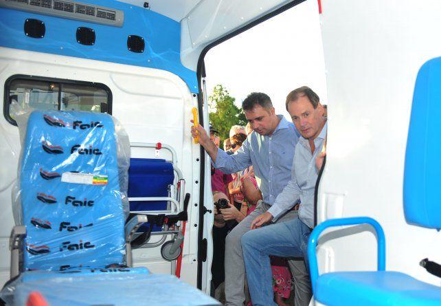Acto. Bordet y Davico observan el interior de la nueva ambulancia para el centro de salud de Pueblo Belgrano.