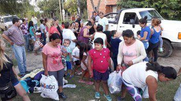 Solidaridad. Los habitantes de ambas barriadas recibieron ayuda de primera necesidad.