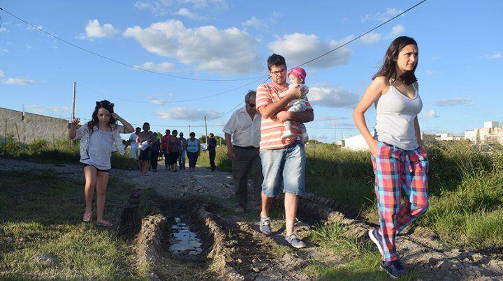 Vecinos del barrio Jardín de Viale cortaron una calle para reclamar mejoras