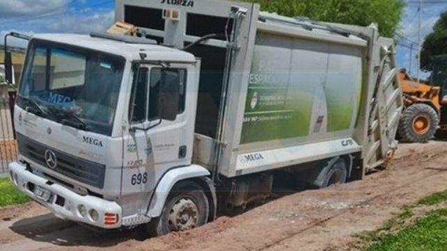 Un camión municipal quedó varado en una hondonada en calle 2 de Abril