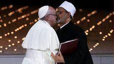 el historico beso del papa francisco y el iman musulman