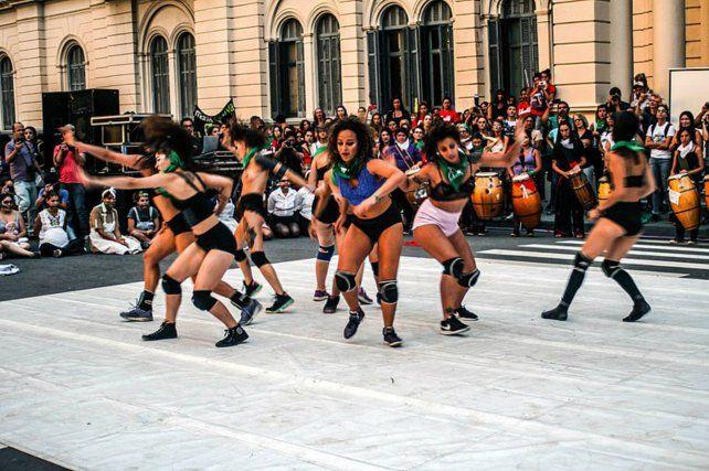 Movimiento. El grupo Danza Combate también se presentará en la noche rockera del sábado.