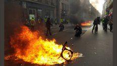 nuevos incidentes en paris: un chaleco amarillo perdio una mano por una granada