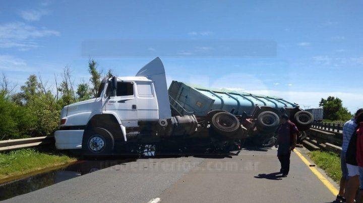 Un camión con asfalto chocó contra la cabecera de un puente y volcó en ruta nacional 12