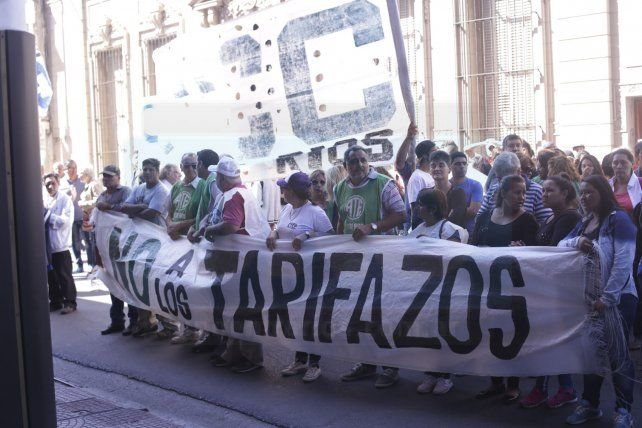 Gremios y organizaciones sociales marcharon contra los tarifazos y el ajuste y pidieron audiencia en EPRE