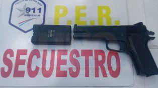 Para atemorizar a las víctimas. Tenían una picana y una réplica que era casi real a un arma de fuego.