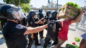 la policia impidio un verdurazo con palos y balas de goma
