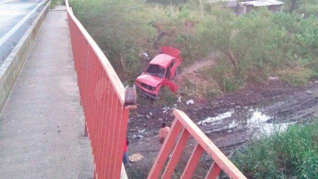 Despiste fatal: Conductor murió tras caer su auto desde un puente en Ruta 168